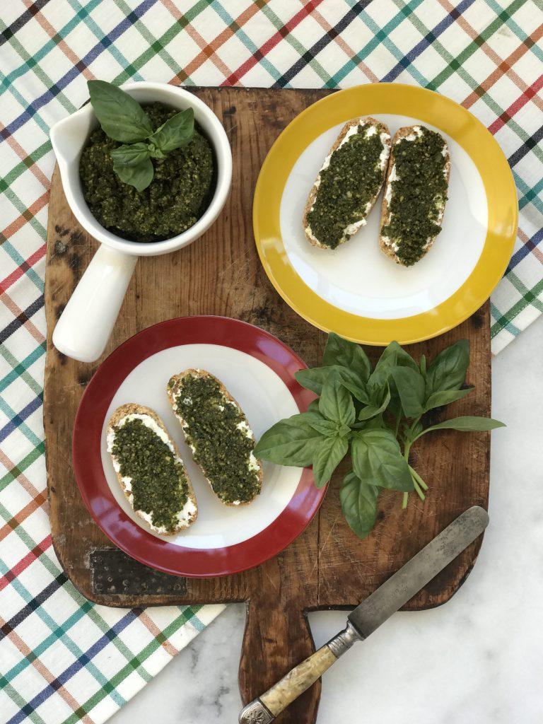 Labne ve Pesto Soslu Kızarmış Ekmekler